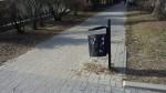 Kosze na śmieci utrudnieniem dla pieszych